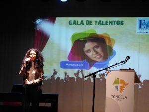 Vencedora da Gala, Mariana Café, interpretando um tema de Aurea