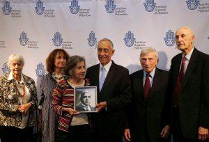 Marcelo Rebelo de Sousa com familiares de Aristides de Sousa Mendes durante uma visita a uma exposição sobre o consul portugues no Center for Jewish History, em Nova Iorque | NUNO VEIGA/LUSA