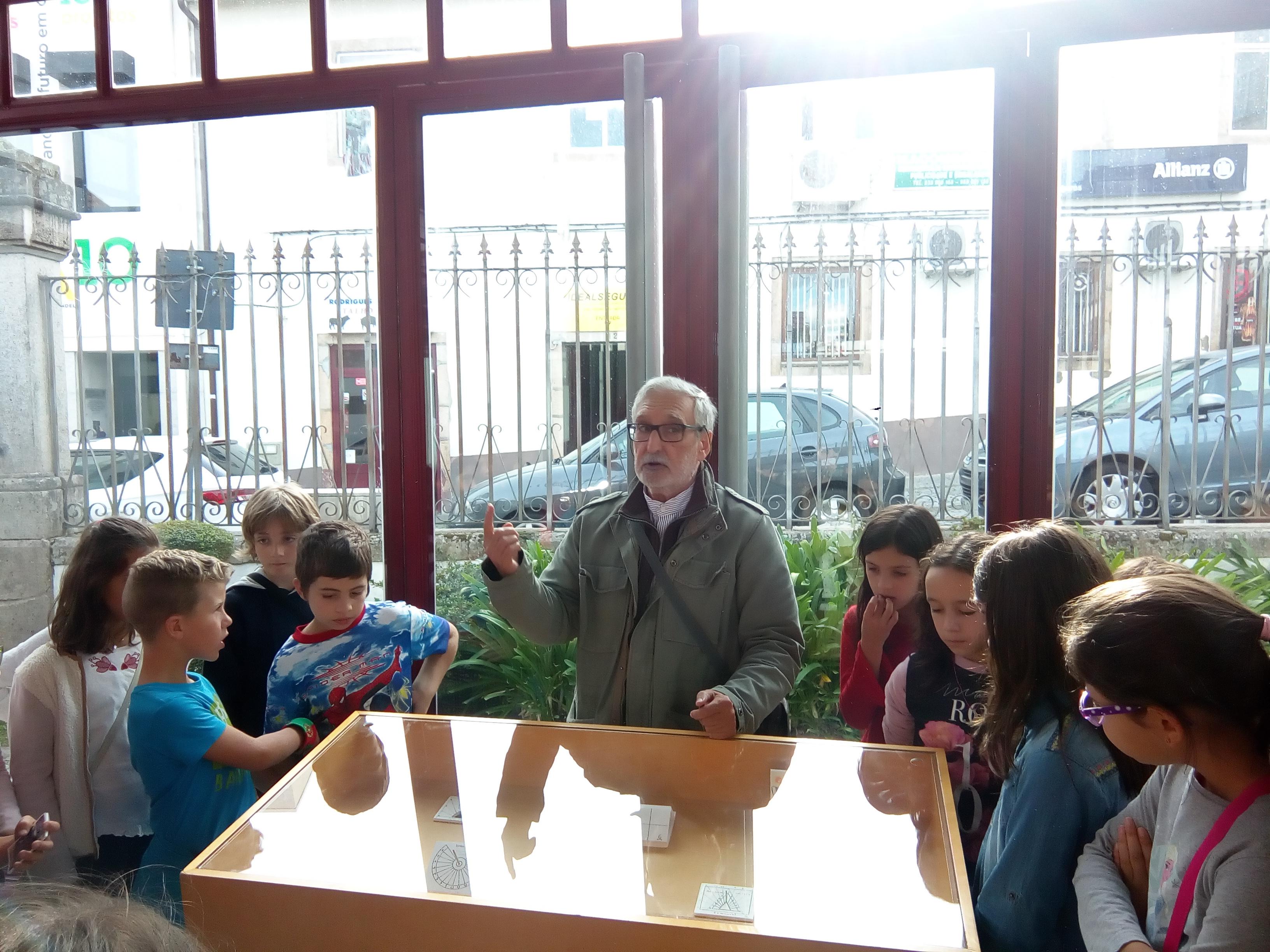 as-criancas-ficaram-fascinadas-com-a-explicacao-do-autor